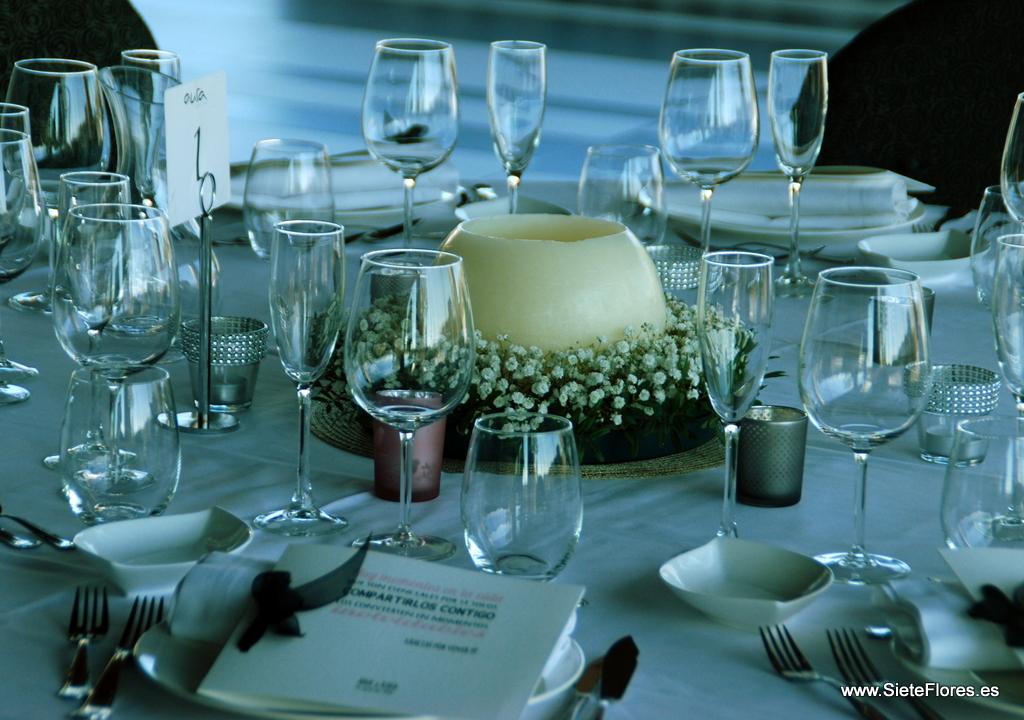 Centro de flores para mesa de restaurante en una boda for Centros de mesa para restaurantes